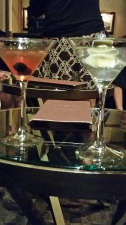 Pebble Beach, كاليفورنيا: Nightcap of a Manhattan and Dirty Martini ;-)