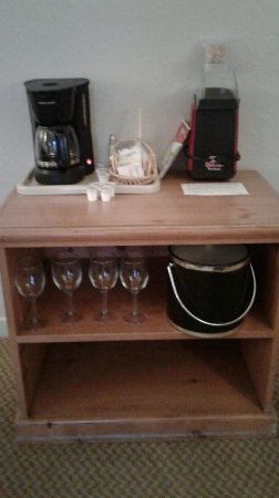 Pacific Gardens Inn: Coffee and Popcorn maker - ice bucket and wine glasses (just in case lol)