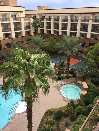 WorldMark Las Vegas-Boulevard: View from our room. Looking across the courtyard. Hot tub, tennis courts, pool. Nice space.