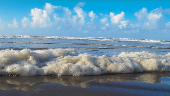 Kenoa - Exclusive Beach Spa & Resort: Filthy sea foam on the beach