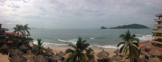Hotel Playa Mazatlan: Vista al mar desde el balcón (cuarto piso)