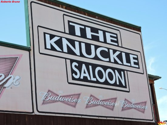 The Knuckle Saloon: Insegna