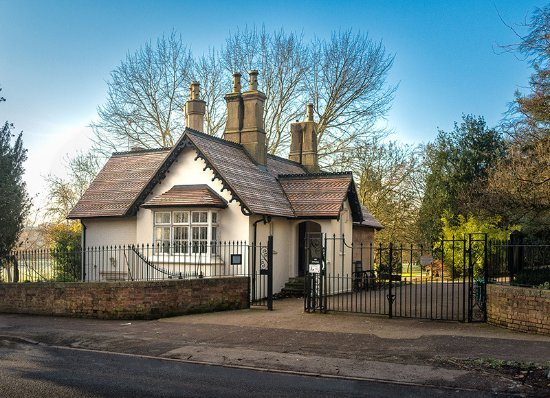 Leamington Spa, UK: East Lodge Art Gallery beside the Willes Road gates in the Jephson Gardens
