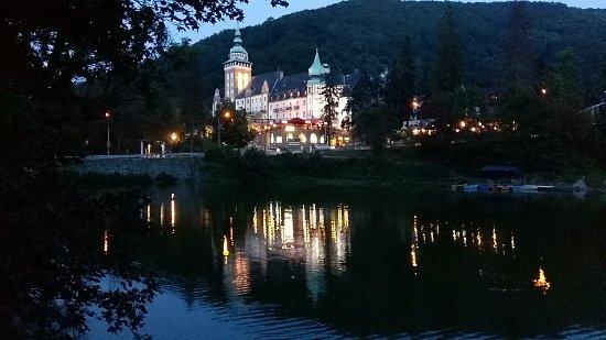 Lillafured, Ungern: l'hôtel, vu du lac, le soir