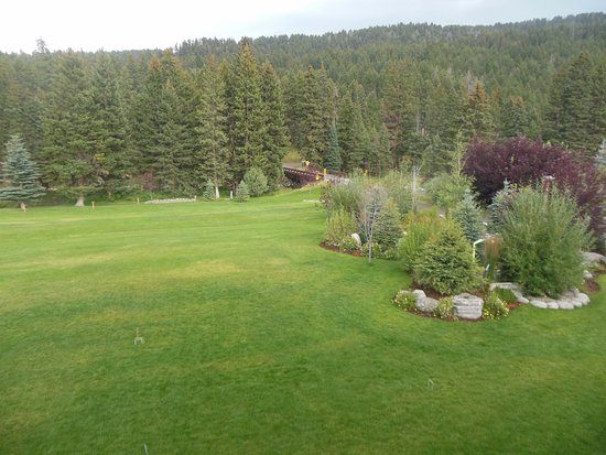 Gallatin Gateway, MT: Grounds Behind Main Lodge