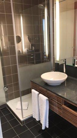 Leonardo Hotel Berlin Mitte: Second room bathroom