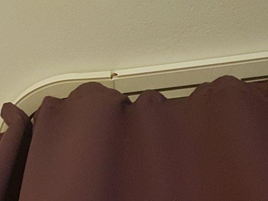 Famosa Hotel: Curtain holder falling apart.