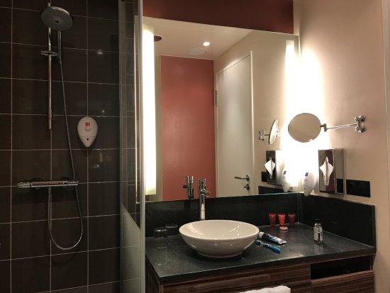 Leonardo Hotel Berlin Mitte: Second bathroom - spacious!