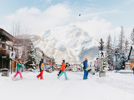 Alberta, Canadá: Banff is the most adorable little ski town ever. You know it's in Canada's first national park