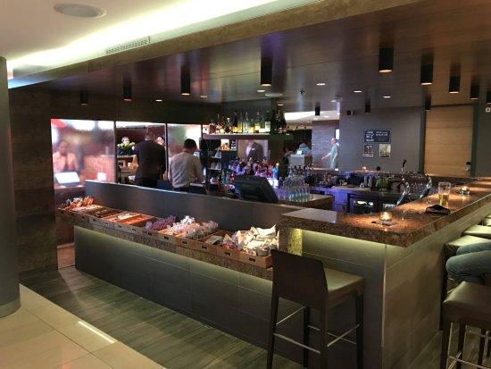 Hyatt Place Amsterdam Schiphol Airport: The bar