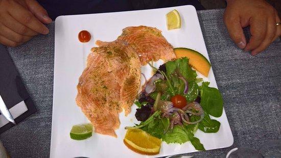 Blainville-sur-Mer, France: Saumon cru ,huile d'olive,citron aneth et agrumes,excellent.