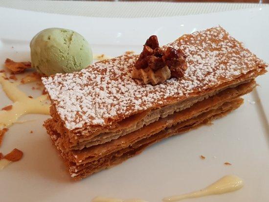 Maisons-Laffitte, France: Mille-feuilles aux noix de Pécan caramélisées, glace pistache