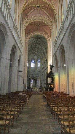 Cathedrale St-Corentin: L'intérieur et sa nef désaxée