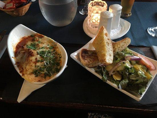 Laragh, İrlanda: Lasagne with garlic bread and salad
