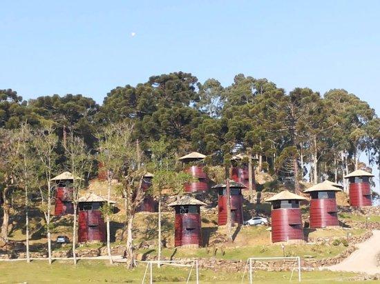 Hotel Fazenda Pampas: Antigas Pipas de vinho foram transformadas em chalés triplex. Último andar é um mirante envidraç