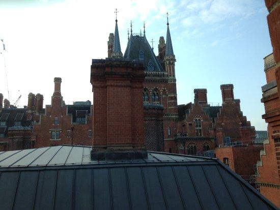 St. Pancras Renaissance Hotel London: Aussicht aus einem Flurfenster.