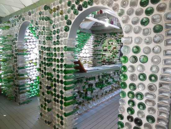 Wellington, Kanada: the whole garden and house has built by more than 25,000 glass bottles