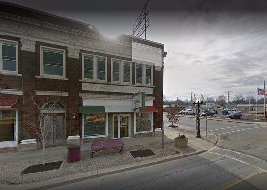 Centralia, IL: Front door and side door entries