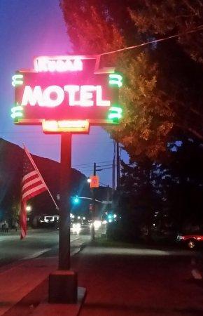 Kudar Motel & Cabins: 20170828_203841-1_large.jpg