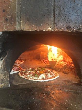 Morangis, France : pizzas cuites au feu de bois