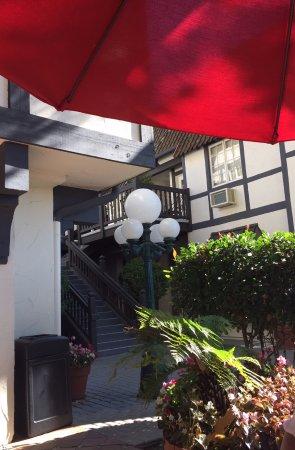 Wine Valley Inn & Cottages: lovely eating area outside the breakfast room