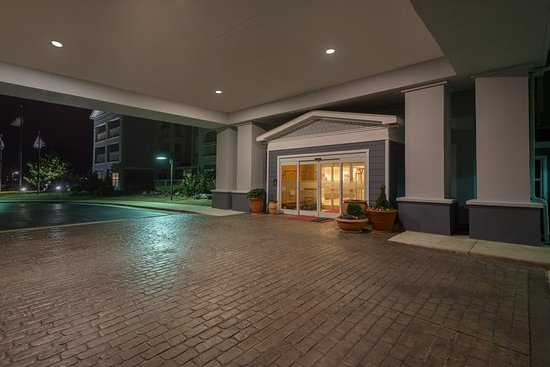 Hampton Inn & Suites Outer Banks / Corolla: Entrance at Night