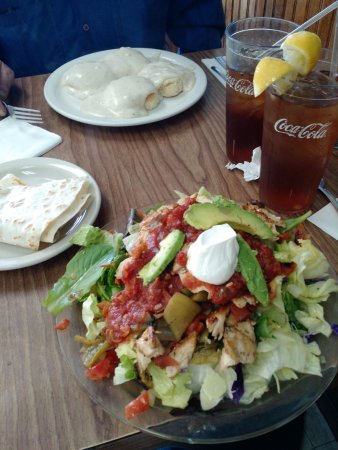 Laguna Hills, Californien: Biscuits N' Gravy , Chicken Fajita Salad