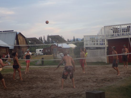 Polebridge Mercantile and Cabins : Volleyball