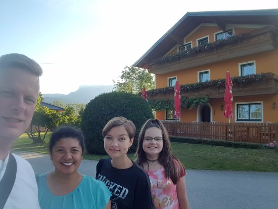 Puch, Áustria: My family and I in front of the hotel.