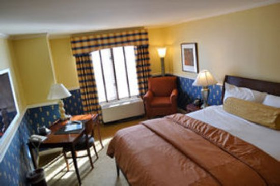 Glidden House: Traditional Guest Room