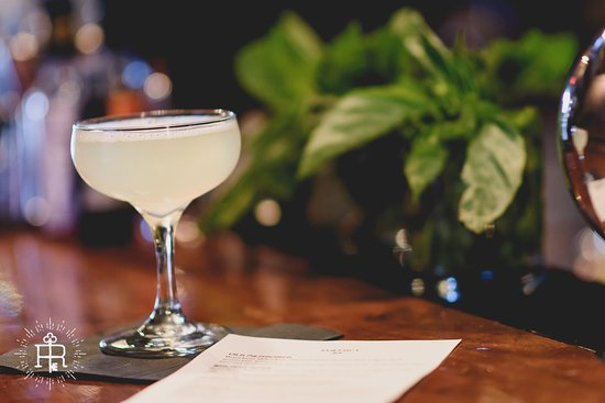 Clayton, Karolina Północna: Enjoy classically made cocktails in elegantly cozy surroundings