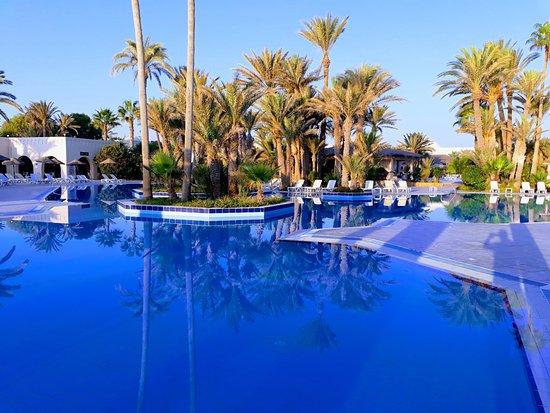 Zita Beach Resort: une des deux piscines
