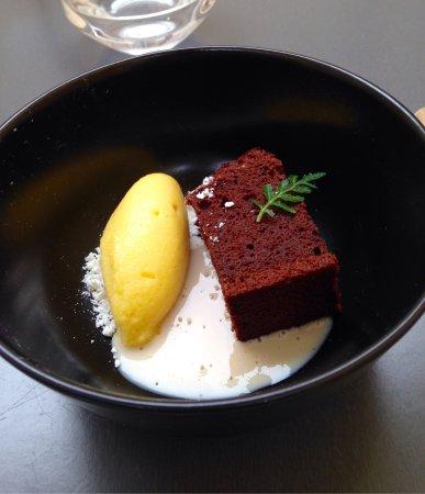 Lavaur, Frankrike: Gâteau au chocolat et genièvre, sorbet passion