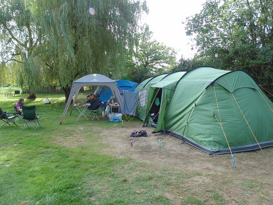 Mouliherne, Frankreich: Plenty of room for large tent, gazebo and car