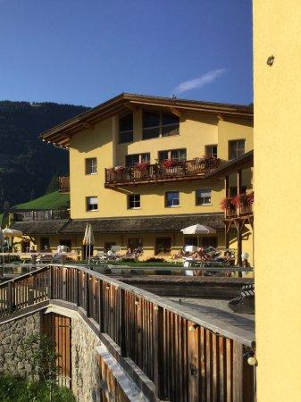 Luson, Italy: Vue de notre balcon sur piscine exterieure