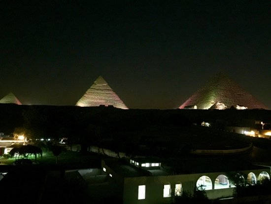 ‪بيراميدز فيو ان: View from rooftop courtyard - pyramid light show‬