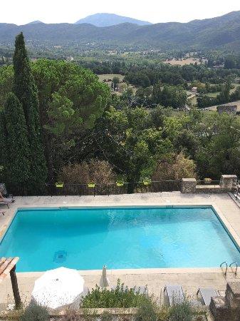 Le Poet-Laval, Prancis: Vue de l'hôtel en contrebas avec sa piscine