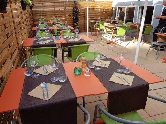 Bussigny-pres-Lausanne, Switzerland: Terrasse au soleil ou à l'ombre de parasols