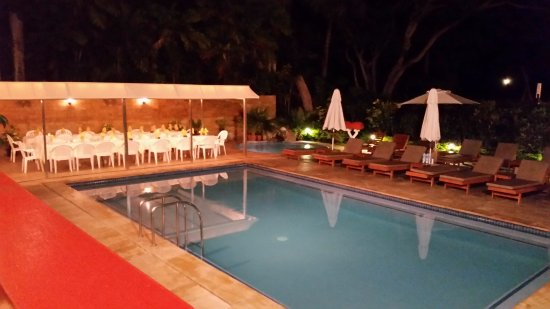 Bedarra Beach Inn: The pool and dining area overflow...