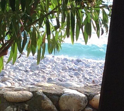 Foneas Beach: Jolie Petite plage de galets au calme