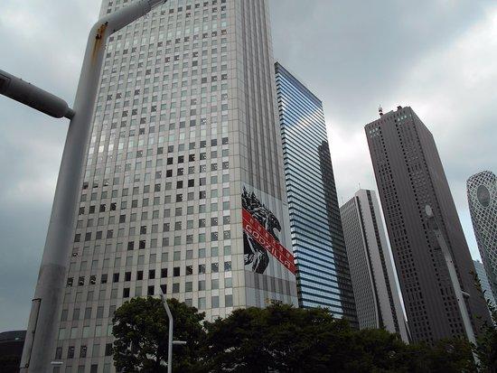 Shinjuku Sumitomo Building: ビル壁面にゴジラ出現