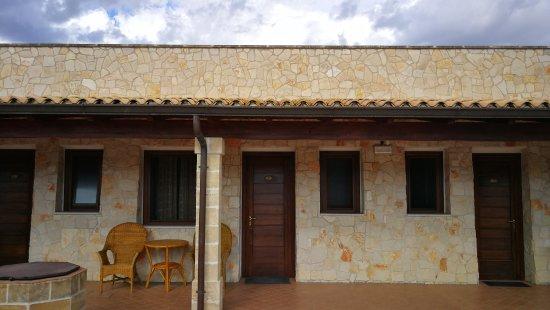 Hotel Masseria Le Pajare: Camere e patio, fronte piscina