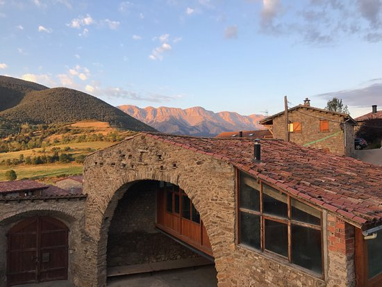 Montellà, España: Courtyard of Cal Calsot with mountains in background