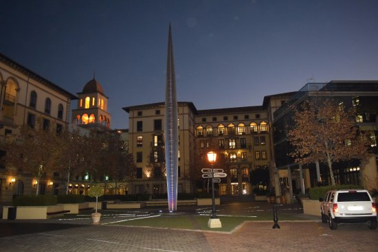 Fourways, South Africa: Plaza outside the Hotel