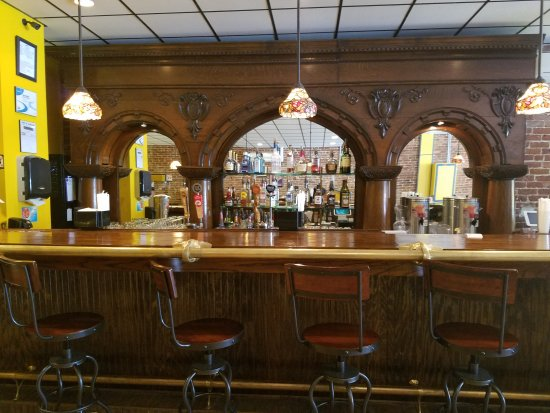 Blackstone, VA: Beautiful bar with small Tiffany drop lights.