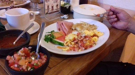 Fredys Tucan : basico huevo revuelto papa hashbrown jamon