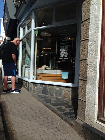 The Cornish Bakery: Bought 6 plain scones and they cost £7.50... Expensive!