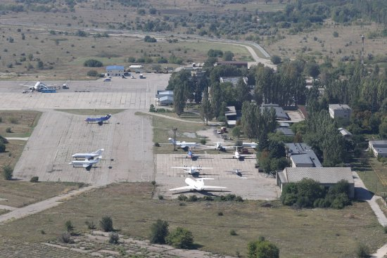 Zaporizhzhya, Ucrania: The active apron with some more stored aircraft