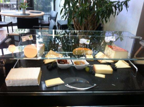 Ruschlikon, Schweiz: Выбор сыров на завтраке