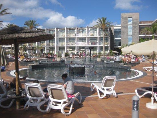 Entorno piscina picture of the mirador papagayo playa for Piscinas oviedo